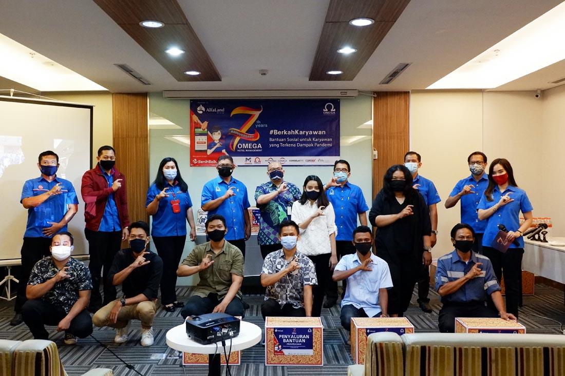 Manajemen OHM Bersama Perwakilan Karyawan yang Menerima Bansos